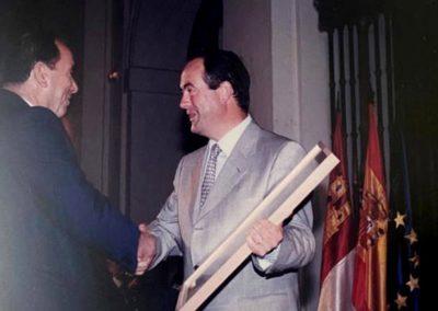 Saturnino recogiendo el premio de Gran Selección del 98